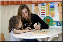 Φοιτήτρια εν ώρα πρακτικής άσκησης με παιδάκι