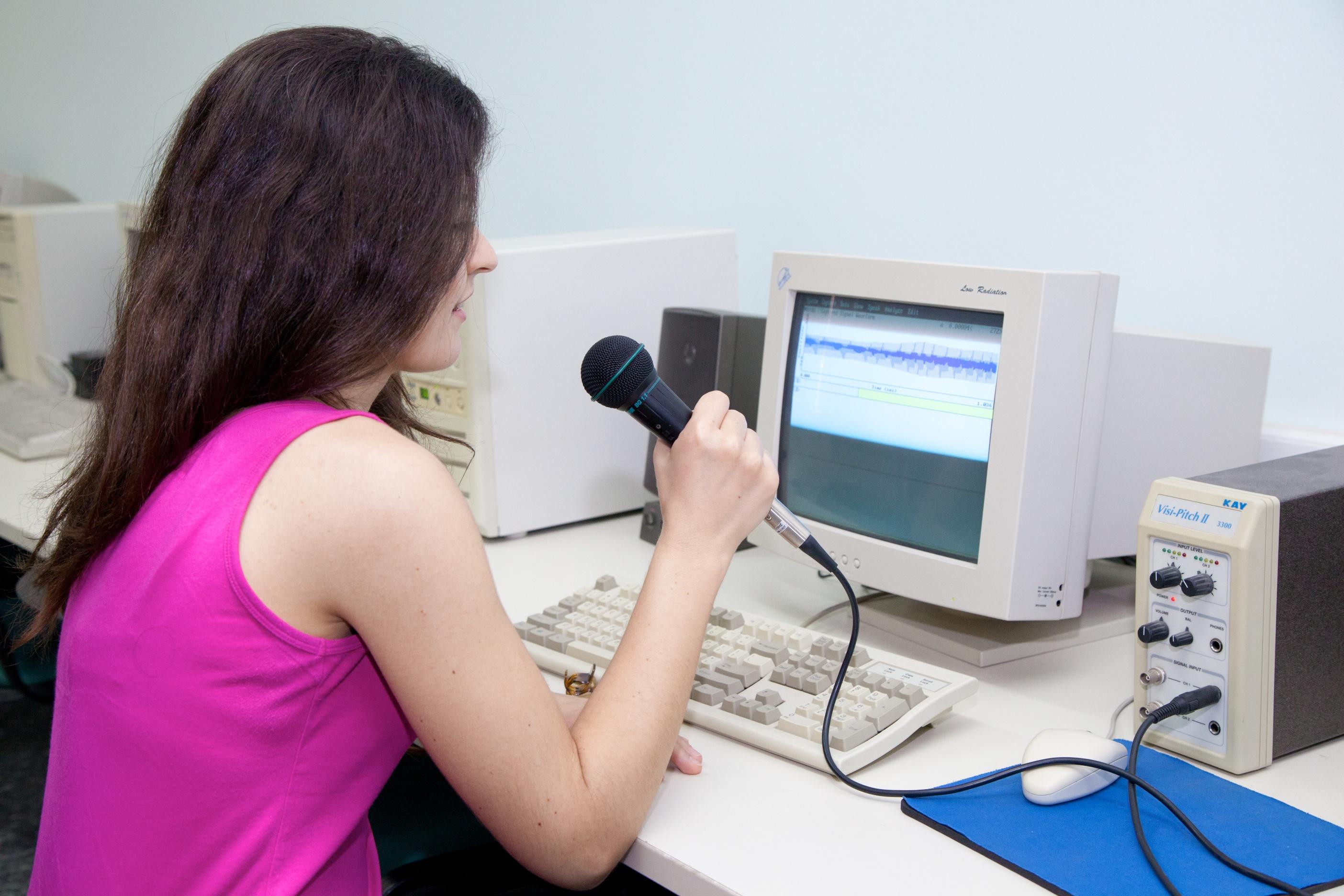 Χρήση υπολογιστή για εκπαιδευτικό σκοπό από φοιτήτρια
