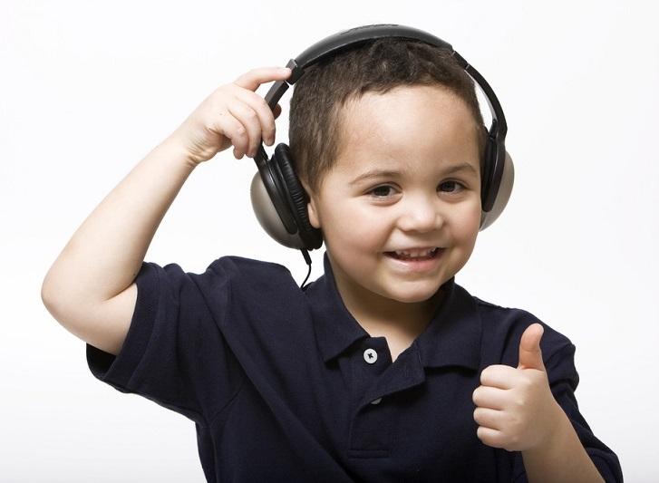 Παιδάκι που εκδηλώνει τη χαρά του